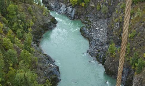 Floden Skeena bruser under en hængebro - Risskov Rejser