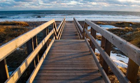 Gangbro til strand i Nova Scotia - Risskov Rejser