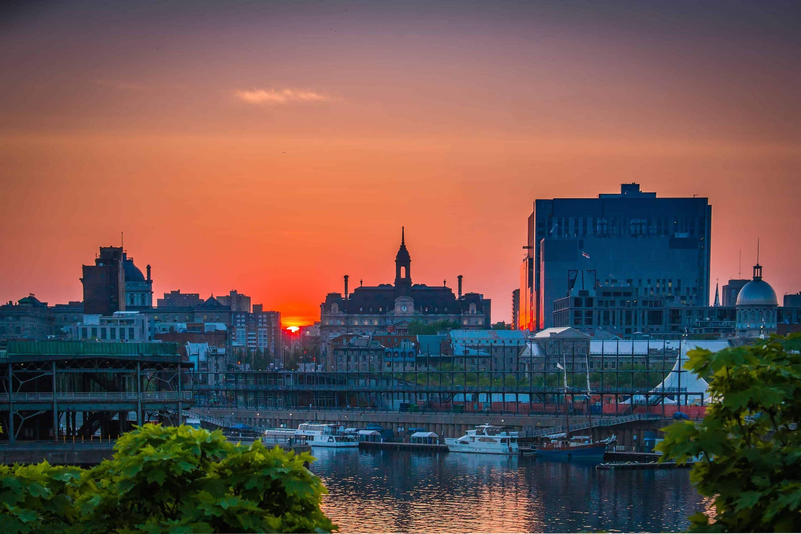 Rød solnedgang ved Montreal Old Port - Risskov Rejser