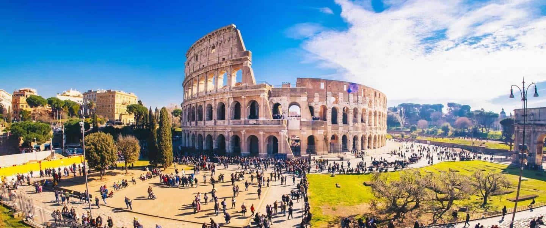 Colosæum på en solrig dag i Rom med mennesker - Risskov Rejser