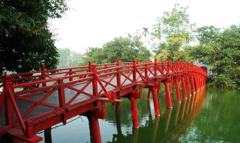 Solstrålebroen ved Ngoc Son-templet i Hanoi - Risskov Rejser