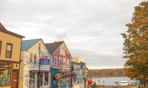 Kyst-idyl ved havnen i Bar Harbor – motorhomeferie i New England