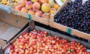 Sæsonens summerfrugter i Armeniens farmer marked - Risskov Rejser