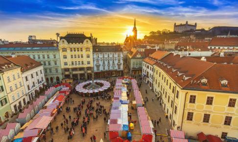 Julemarked på selve Main Sqaure i Bratislava - Risskov Rejser