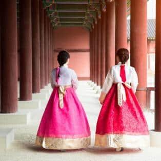Koreanske kvinder klædt i den traditionelle Hanbok-kjole - Risskov Rejser