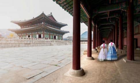 Traditionelt klædte kvinder ved Gyeongbokgung-paladset - Risskov Rejser
