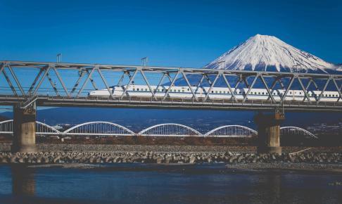 Shinkansen på vej over bro med Mt. Fuji i baggrunden - Risskov Rejser