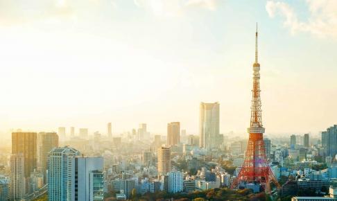Udsigt over Tokyos skyline med det rød-hvide Tokyo Tower - Risskov Rejser
