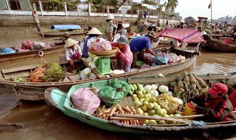 Sælgere på det flydende marked i Vietnam - Risskov Rejser