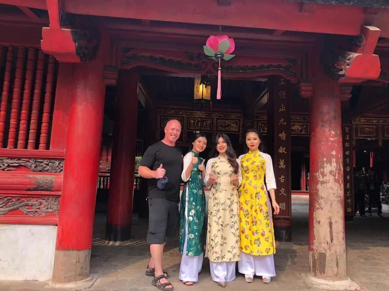Rejseleder Brian Hansen foran Litteraturens Tempel i Hanoi - Risskov Rejser
