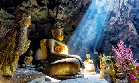 Lyset falder smukt ind på en af de mange statuer i Dambulla på Sri Lanka - Risskov Rejser