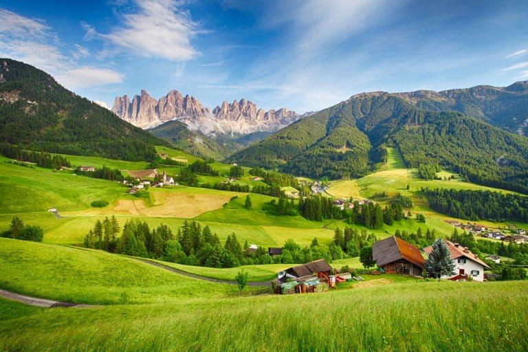 Udsigt over Italiens nordlige landskaber med Dolomitterne i baggrunden