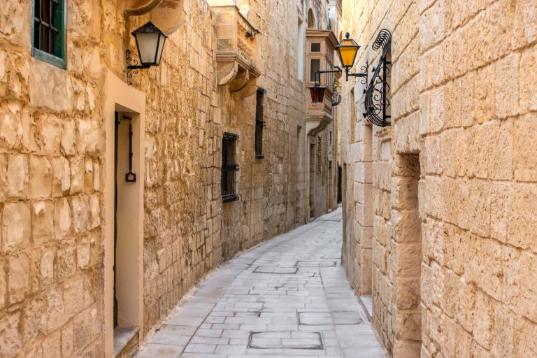 En af de smalle, labyrintiske gader i Mdina