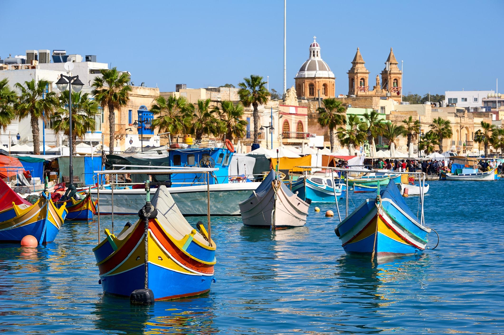 Havn med traditionelle både på Malta