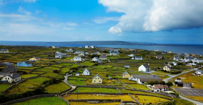 Panoramaudsigt over en af Aran-øernes huse i Irland