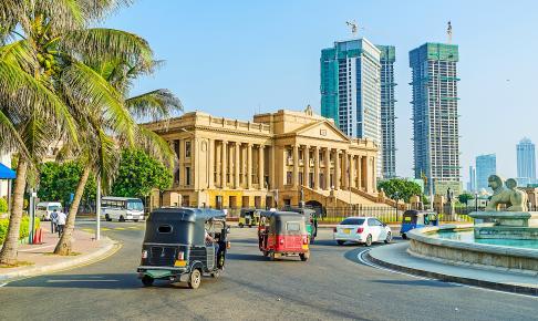 Tuktuk'er i Colombo med højhuse i baggrunden - Risskov Rejser